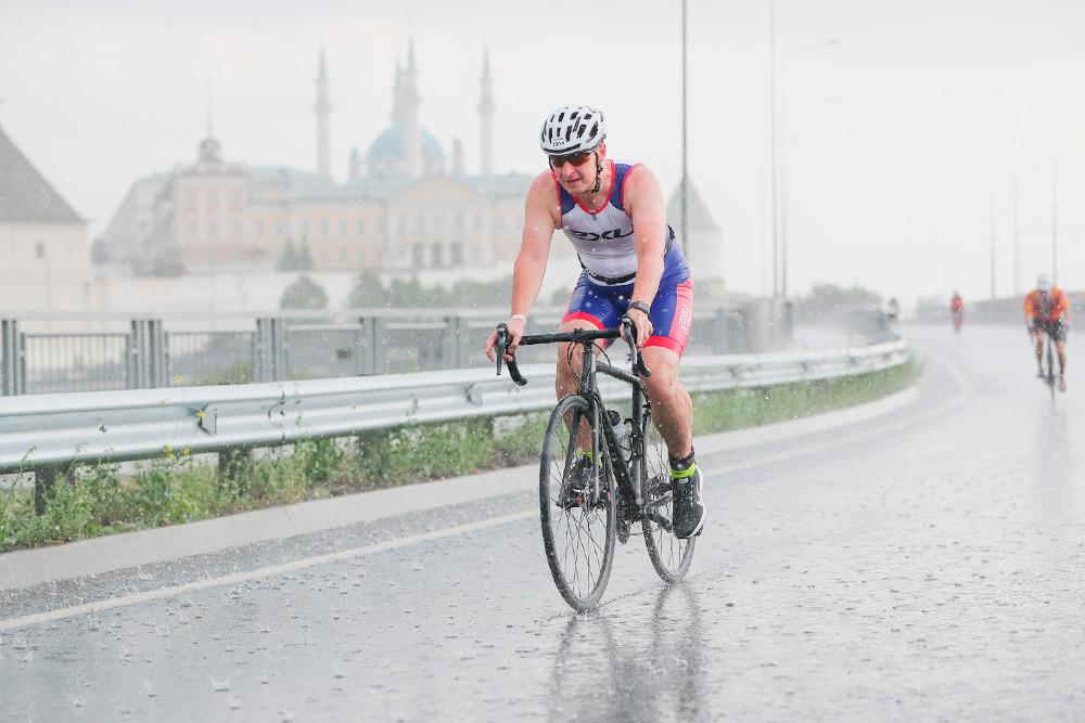 Во время первых соревнований муж крутил педали вобычных кроссовках. Этовозможно, нонегативно сказывается наскорости итехнике езды. Из-за того чтонавелоэтапе вКазани пошел дождь итрасса стала скользкой, управлять велосипедом мужу было совсем нелегко