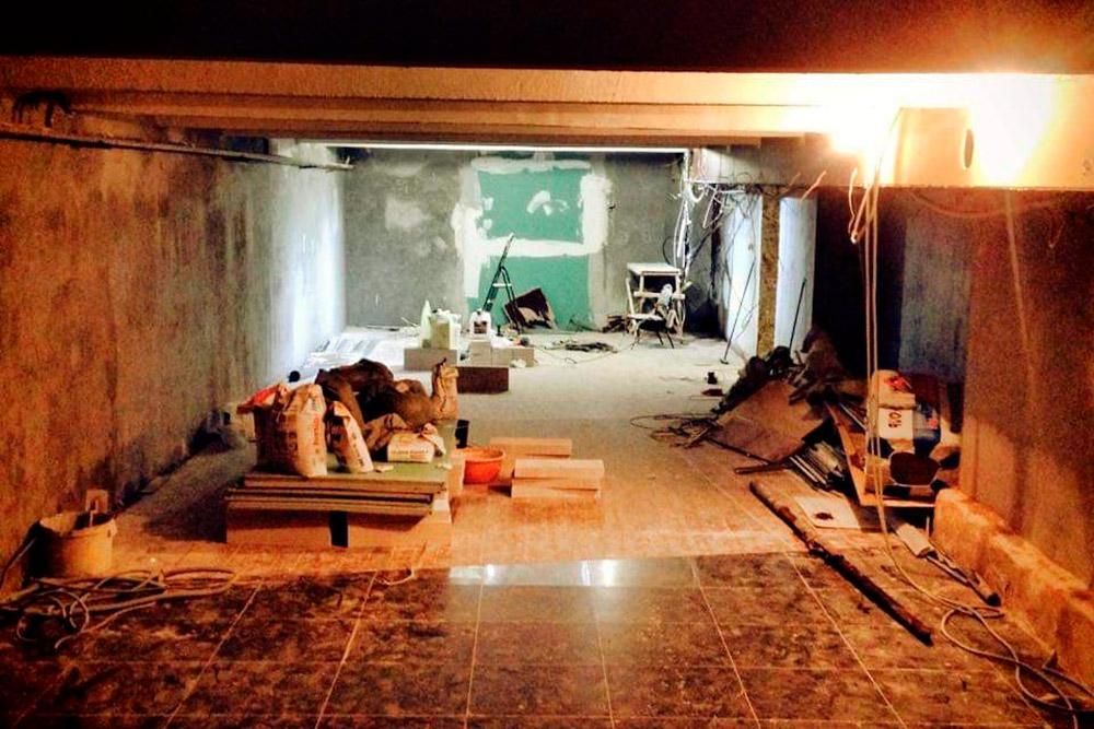 Ремонт помещения на«Курской». Пришлось отодрать старую отделку, побелить стены, постелить ковролин, переделать вентиляцию