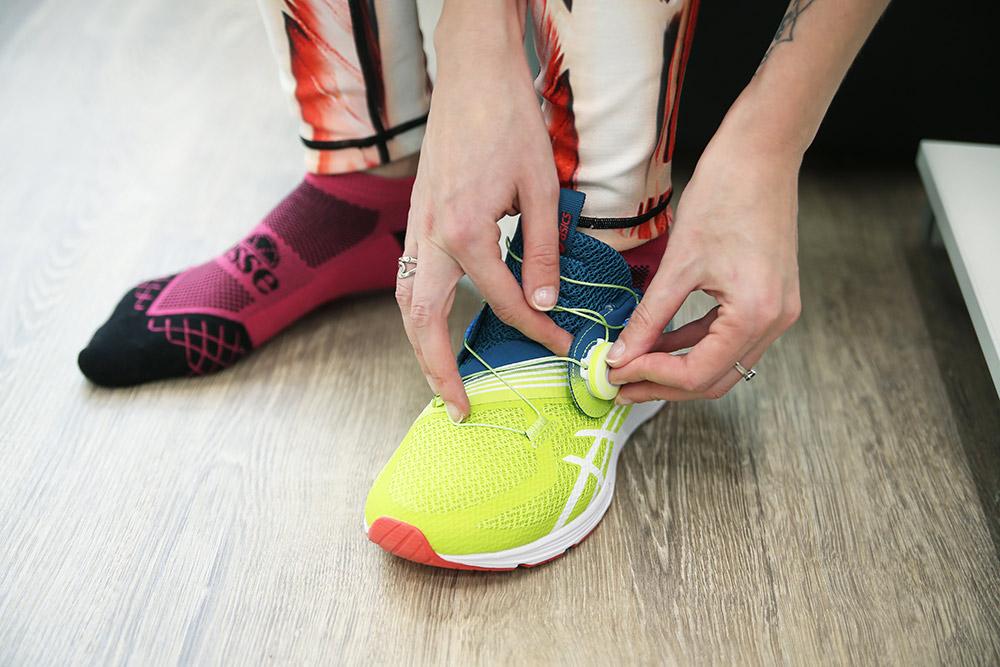 Пространство между большим пальцем икончиком кроссовка должно составлять примерно ширину пальца. Длязабегов надлинные дистанции может потребоваться обувь наразмер больше, чем клиент носит обычно