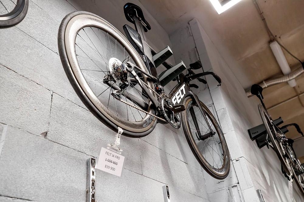 Самая дорогая позиция вмагазине — велосипед FELT IA FRD Matte TeXtreme. Его цена оправданна: он сделан извысокотехнологичного карбона идает более высокие результаты, чем удругих моделей. Именно натакой модели выигрывали чемпионат мира потриатлону Kona World Championship с2012 по2017годы