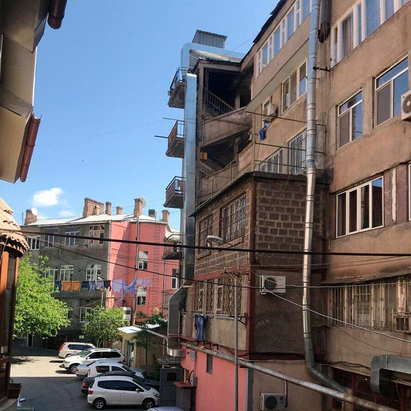 Вид из окна моего хостела на жилые дома в 15 минутах от центра
