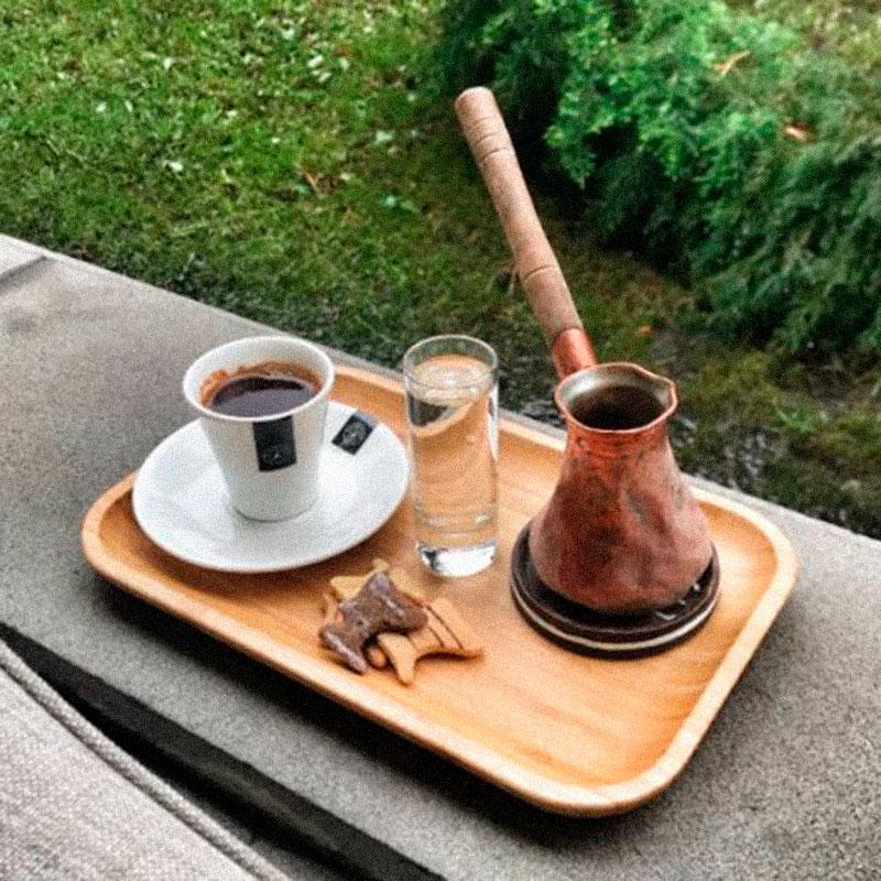 Почти у всех кафе есть открытая веранда, на которой можно пить тот самый армянский кофе. Кофе стоит около 600 драм