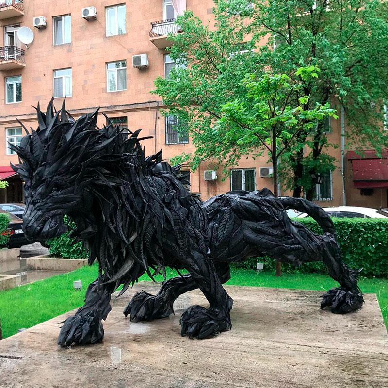Лев из покрышек авторства южнокорейского скульптора Джи Йонг-Хо