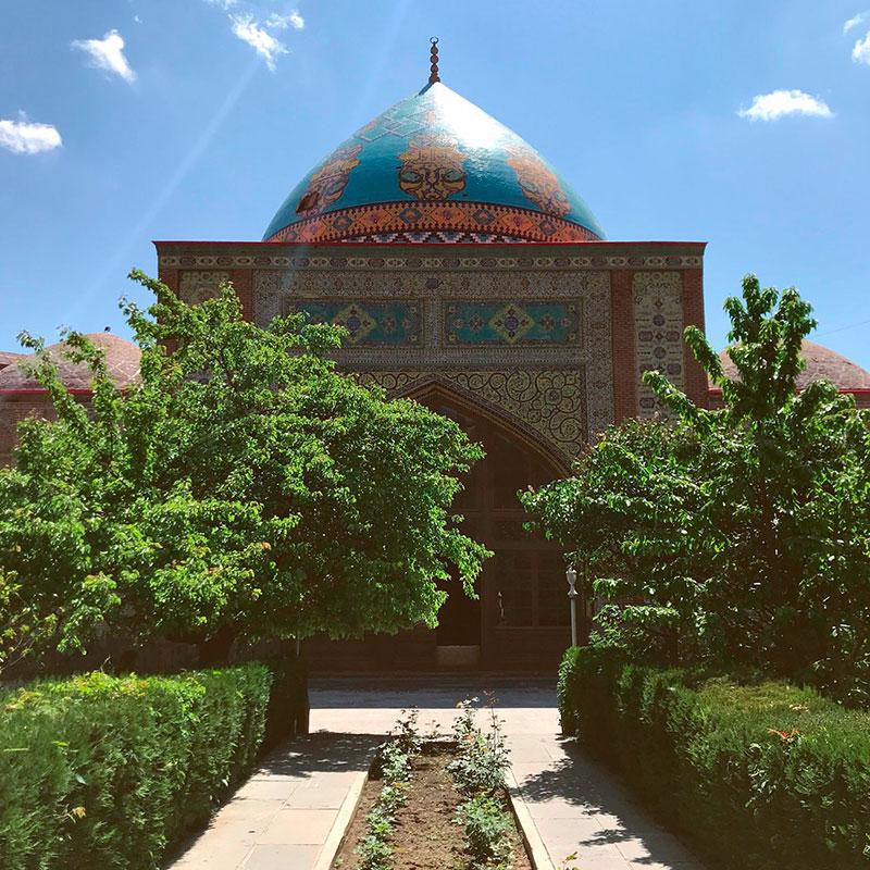 У мечети своя огороженная территория, поэтому здесь очень тихо