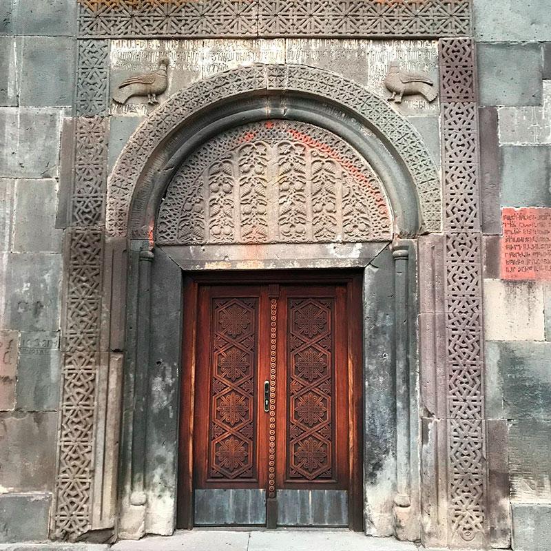 Ручная резьба на входе в храм