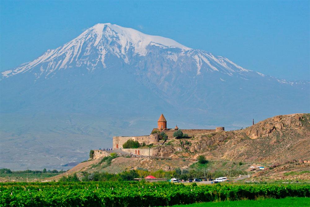 Гора Арарат находится на территории Турции, но армяне считают ее «своей». Вид на гору с монастыря Хор Вирап. Фото: Advantour