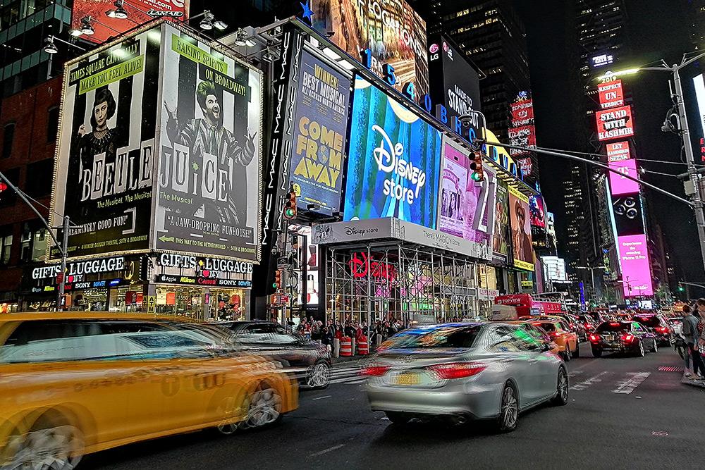 Не побывать наТаймс-сквер — значит, не побывать вНью-Йорке. Но, как помне, делать там нечего. Многие туристы, каки мы, приходят сюда просто зачекиниться: пофотографировать дапоходить посувенирным магазинам
