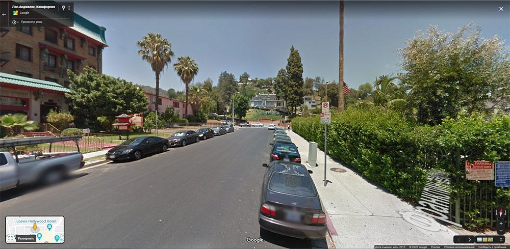 Я заранее искал парковочные места через режим просмотра улиц в «Гугл-картах». Это улица, на которой мы жили в Лос-Анджелесе. На знаке сказано, что парковка безспециального разрешения тут запрещена в любое время