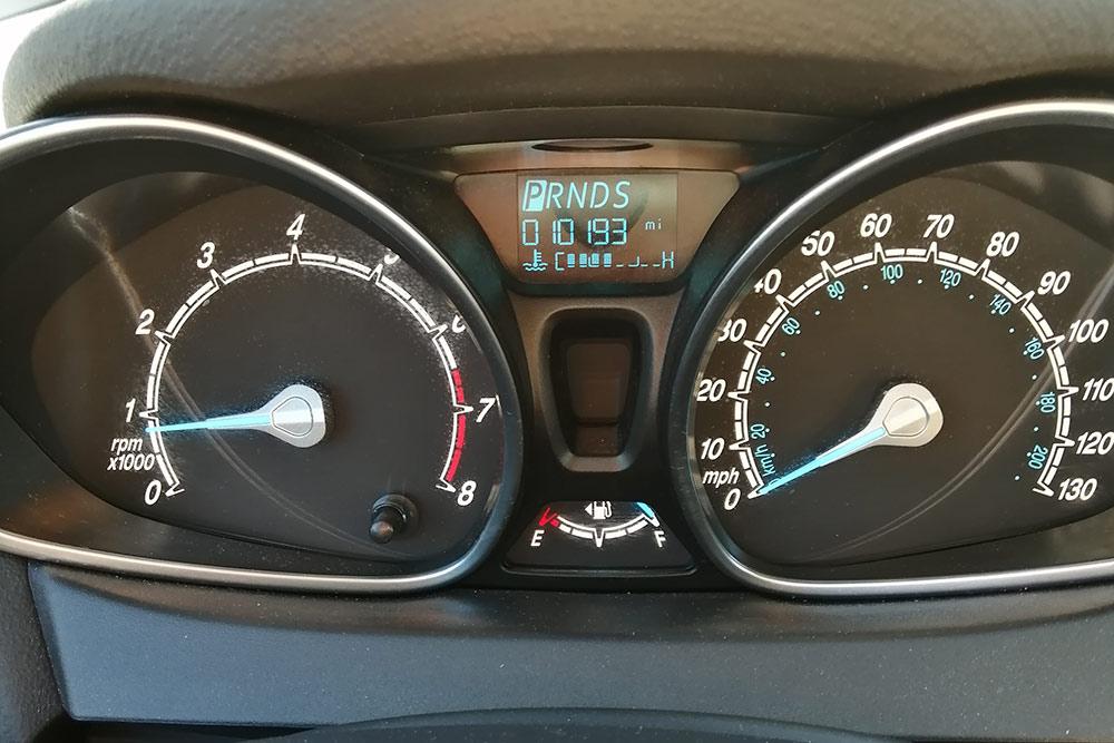 На спидометре указаны мили, а не километры. Расход топлива показывается в галлонах на милю, 1 галлон = 3,79 л