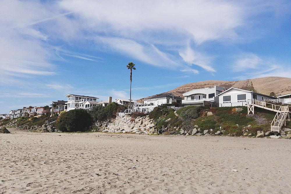 Случайно нашли огромный пляж и очень уютные домики наберегу. Думаю, их хозяева очень умиротворенные люди, ведь они каждый день могут смотреть наокеан