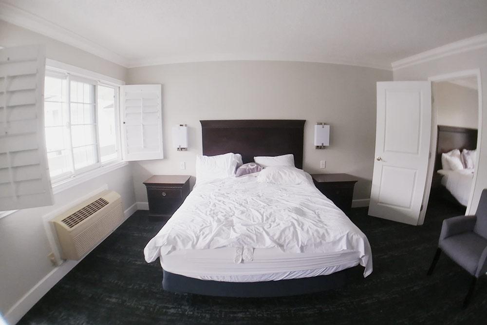 В Монтерее в номере с двумя спальнями могли разместиться две семьи