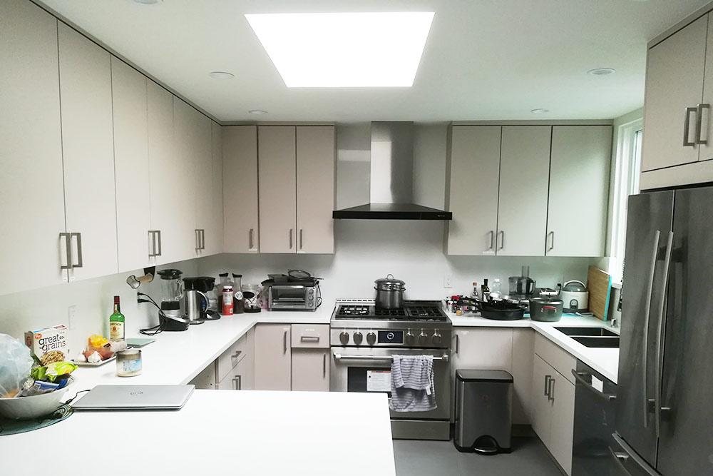 Общая кухня в квартире Сан-Франциско. Солнечный свет из окна в потолке создавал особую атмосферу. Вся бытовая техника в кухне была новая и чистая, а в шкафах оказалось все необходимое дляприготовления кофе, какао, чая