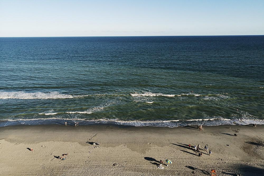 Вид на океан в Миртл-Бич из окна нашего номера. Однажды во время купания в океане мы видели дельфинов, плывущих вдоль берега