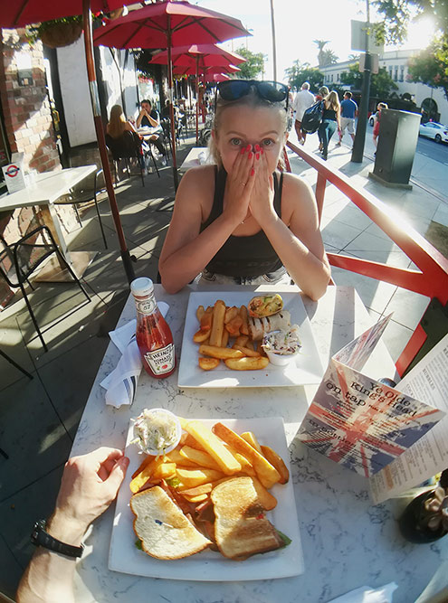 Ужин рядом с пирсом Санта-Моники в Лос-Анджелесе: горячие сэндвичи с картофелем и салатом — 38$. Тогда мы еще не осознали, что в США нужно брать одно блюдо на двоих