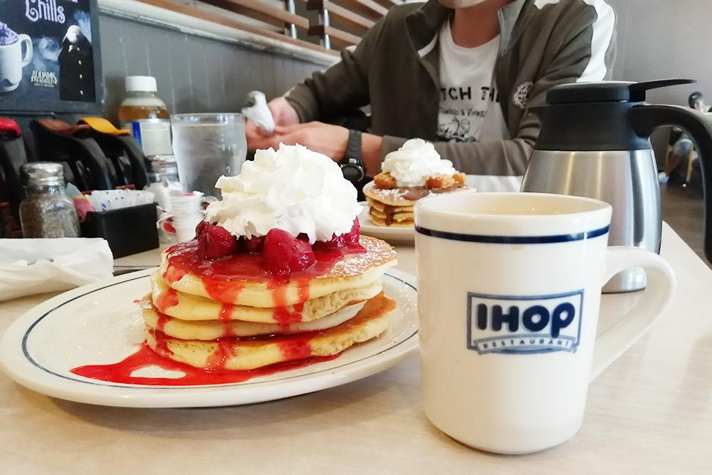 Завтрак вIHOP вЛос-Анджелесе: панкейки, омлеты и кофе за36$