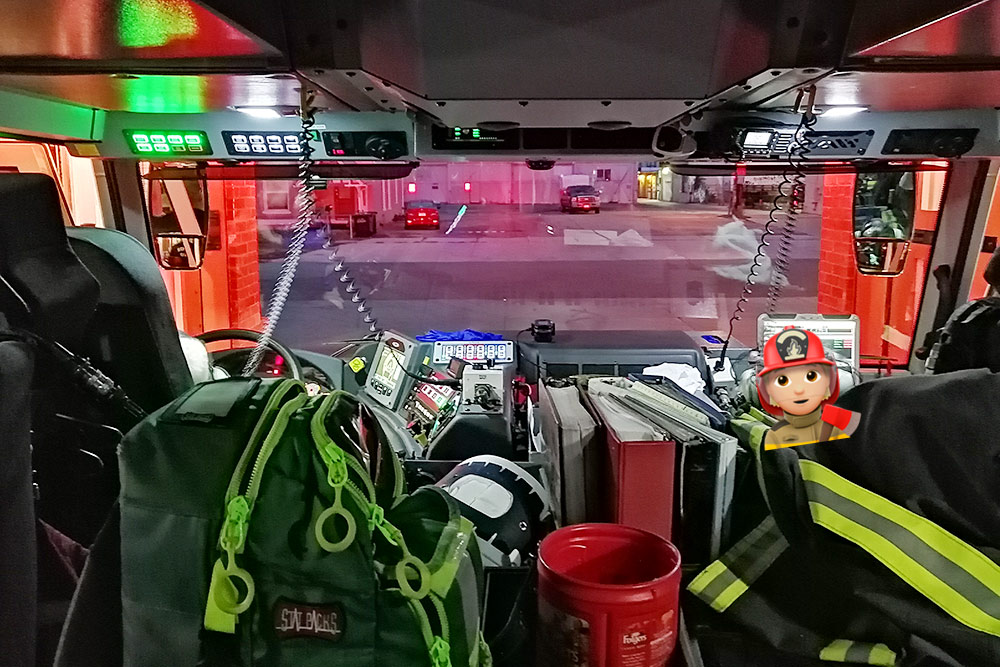 Пожарная машина изнутри. Водитель пожарной машины называется инженером