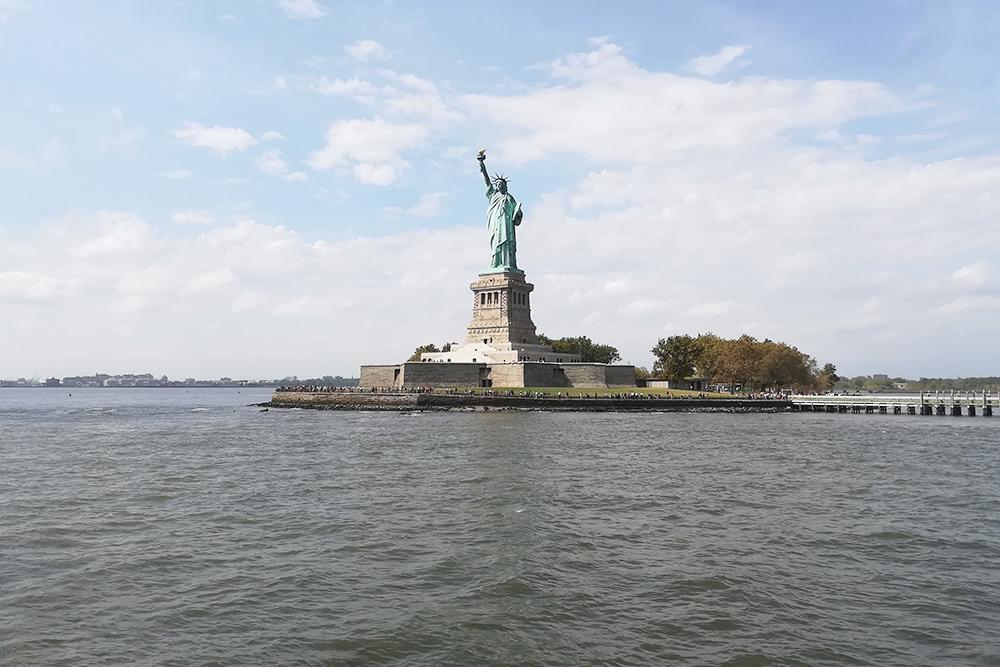 На пароме, который идет на остров статуи Свободы, стоит занимать правый борт: с него открывается лучший вид