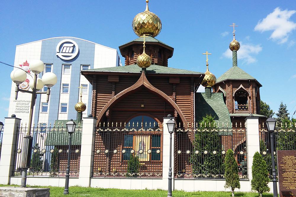Попути отмузея оружия кКазанской набережной стоит деревянная Владимирская церковь