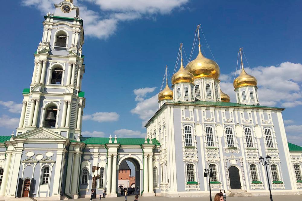 Здание Свято-Успенского собора хорошо отреставрировано: онвыглядит новым иаккуратным, как храмы вцентре Москвы или Санкт-Петербурга