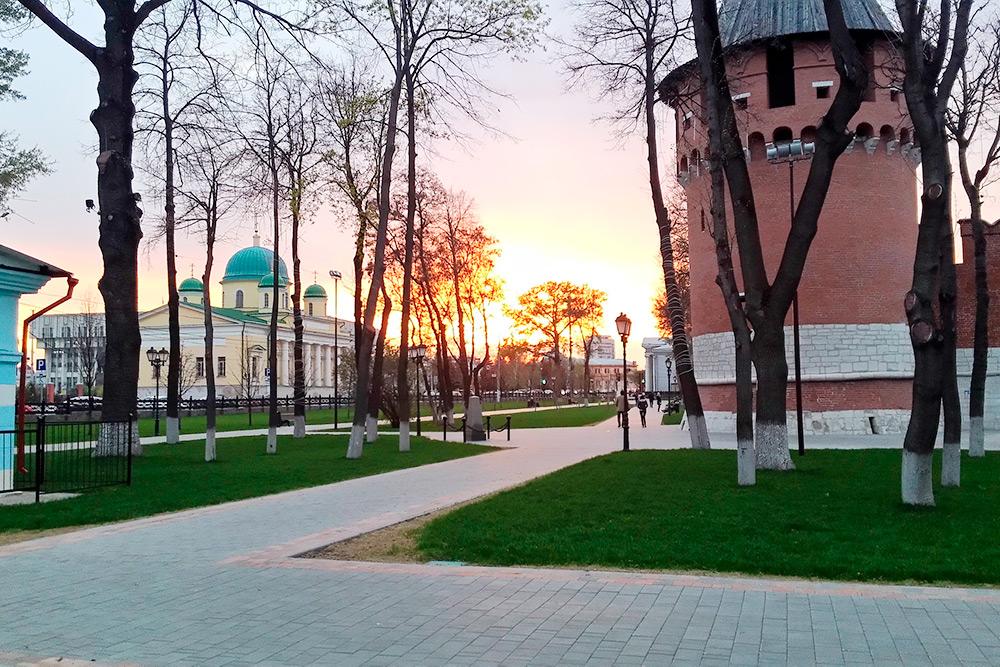 Пословам моей подруги, жительницы Тулы, еще несколько лет назад натерритории кремля царило запустение. Сейчас здесь мощеные дорожки иухоженные газоны