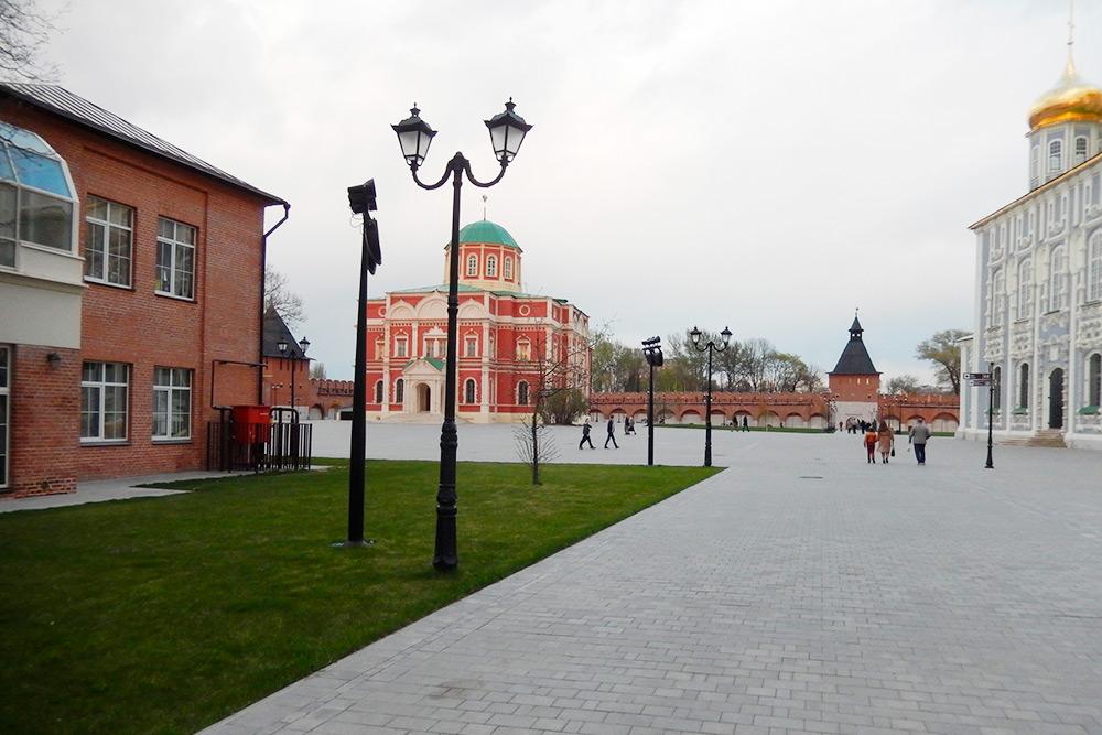 Вбывшем здании Богоявленского собора сейчас находится старый корпус музея оружия. Отхрама сохранилась только архитектура