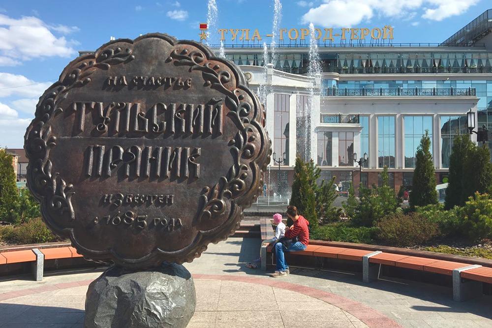 Чтобы сделать кадр возле памятника, пришлось подождать минут 10: «на счастье» фотографировалось много влюбленных парочек, молодоженов и их гостей