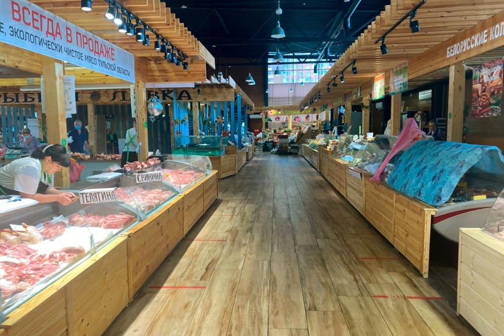 На рынке можно купить мясо, птицу, рыбу, деликатесы, молочные продукты, даже пиво. Я пришла в девять утра, и некоторые лавочки еще не открылись, но в середине дня весь рынок заполнен