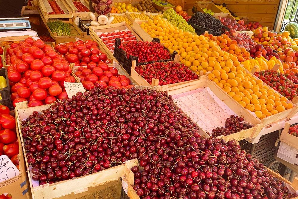 Другие фрукты и овощи на рынке тоже вкусные