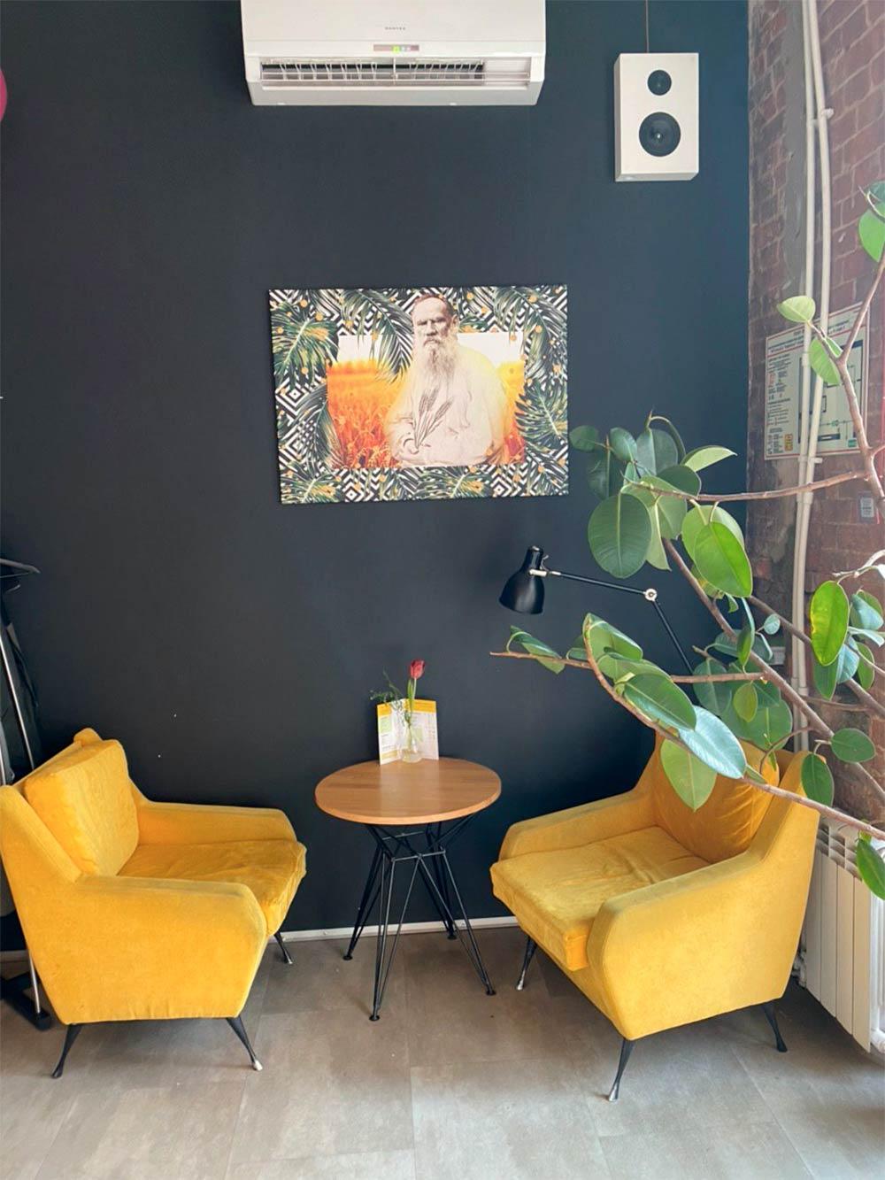 В Туле есть местный мем — Лев Толстой, кафе обыгрывают его в интерьерах. Сидишь, работаешь, а Толстой на тебя смотрит, контролирует