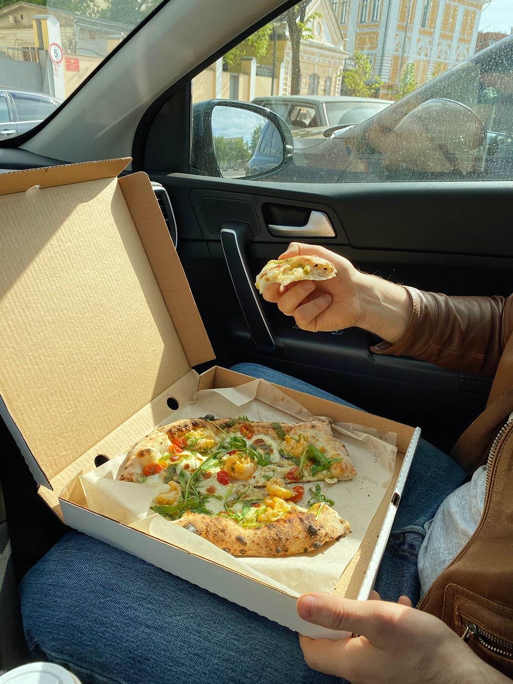 С мужем взяли пиццу в пиццерии Ptizza во время пандемии. Кафе работали навынос, но мы не успели доехать домой и ели пиццу прямо в машине. Рекомендую с креветками и мясную
