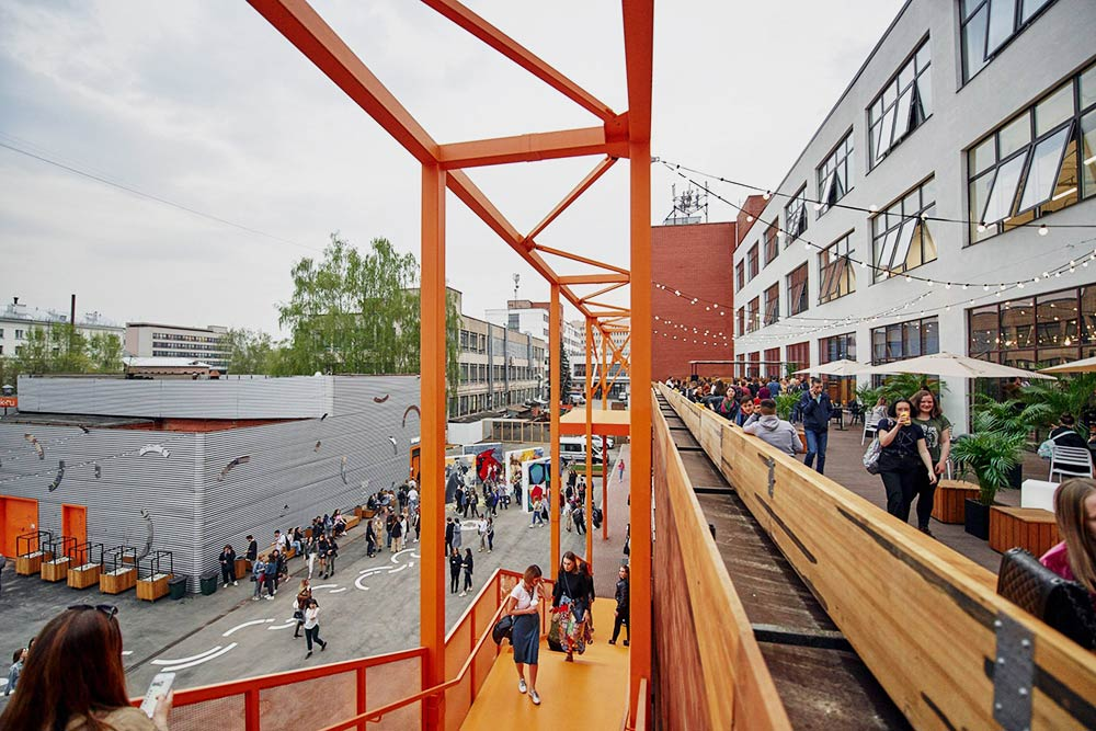 Летом во дворе кластера проводят концерты и всякие мероприятия, вот тогда «Октава» наполняется людьми. Фото: www.facebook.com/oktava.klaster