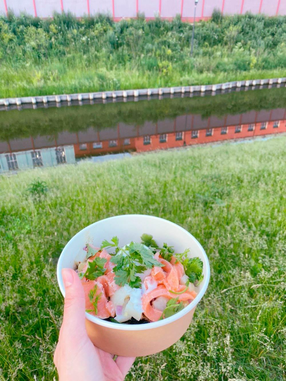 Это брускетта с лососем, картофелем и яйцом из ресторана WhatElse? Выглядит как салат, на самом деле на дне хлебушек. Очень вкусно
