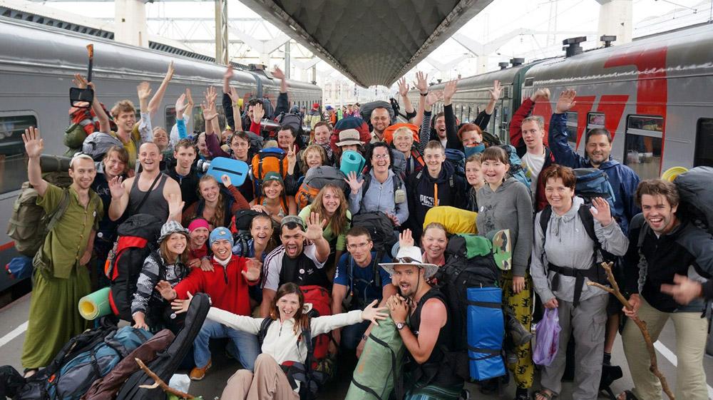 Коллективная фотография перед поездкой вКрым в2013году, половина людей— студенты СПбГТУ, авторая половина пришла порекомендациям отпрошлых участников походов