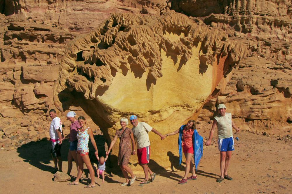 Фотография из первой поездки на Синайский полуостров. Нашему первенцу тогда было шесть месяцев. Во время путешествия восходили на гору Моисея и на гору Екатерины — самую высокую гору Синайского полуострова. Ночевали в пустыне в палатках