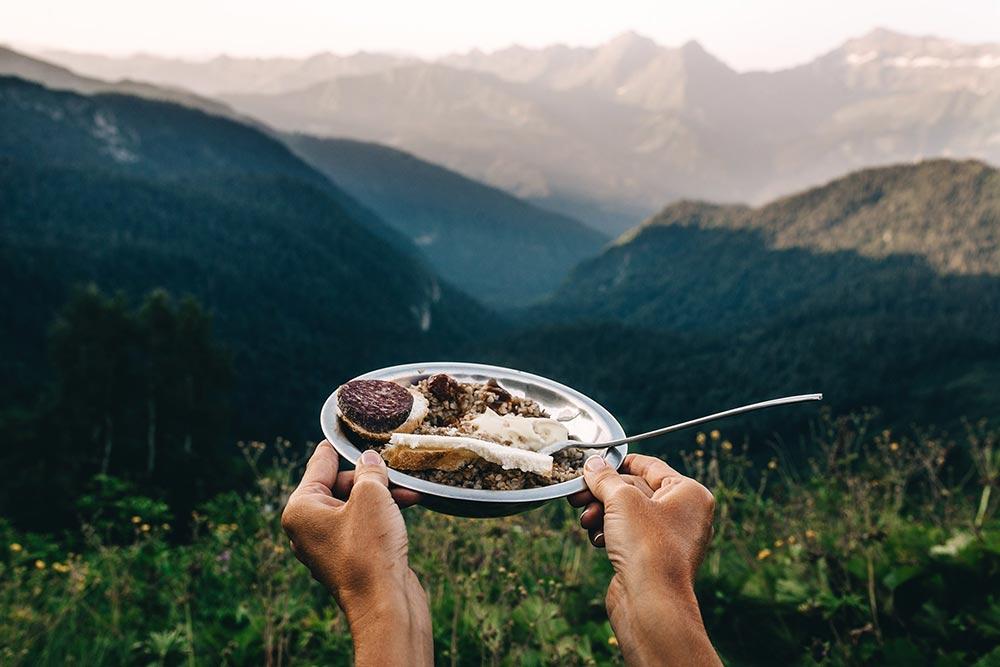 Так выглядит завтрак вАбхазии вготовом виде. Напитании никогда неэкономим: меню каждый день разное иненадоедает. Втарелке— сырокопченая колбаса, каша изсмеси злаков, джем исыр