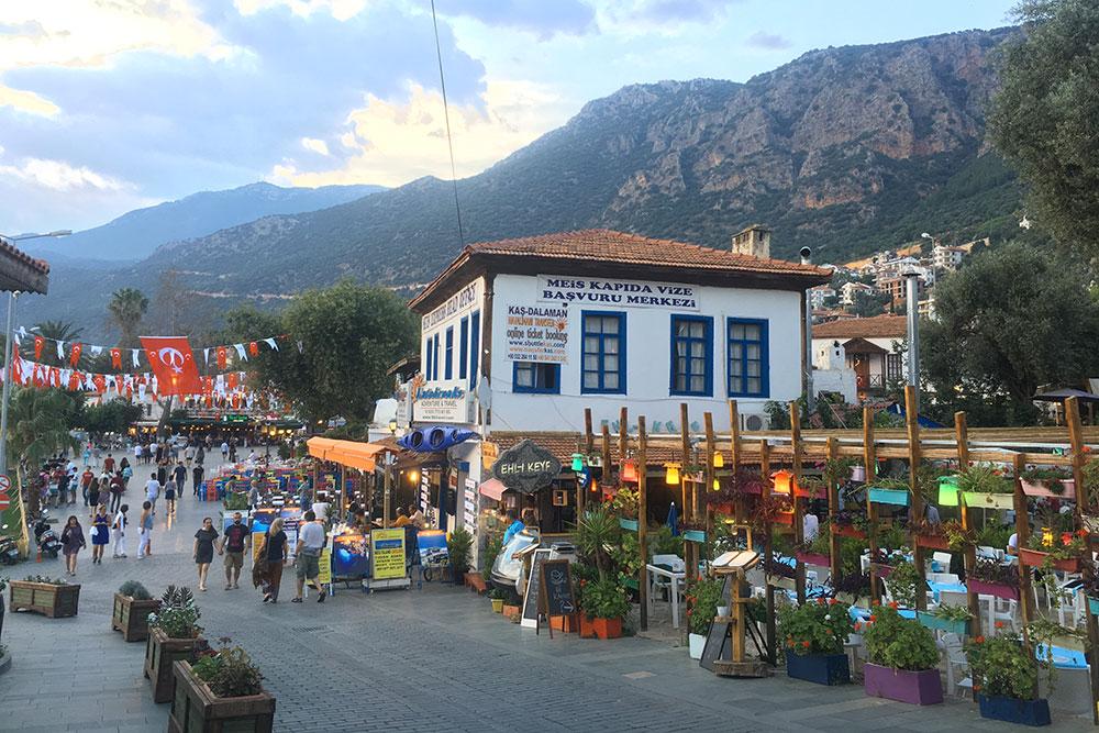Центральные улицы Каша были украшены флагами. Как мы поняли, город нарядили кфестивалю ликийской культуры