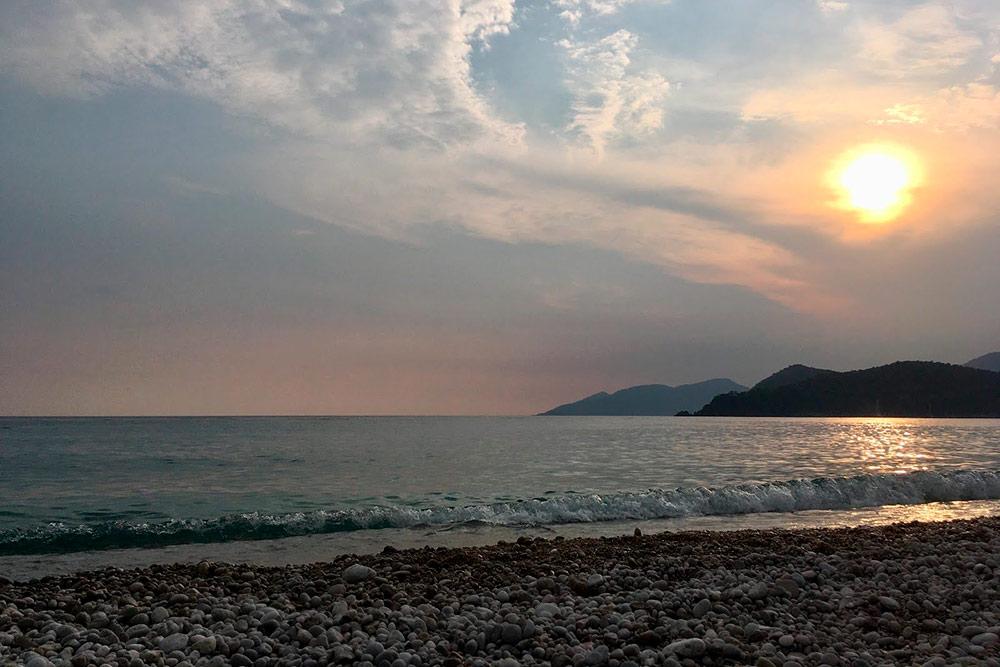 Пляж Бельджекиз песчано-галечный, вначале пляжа — песок, а ближе к воде — крупная галька