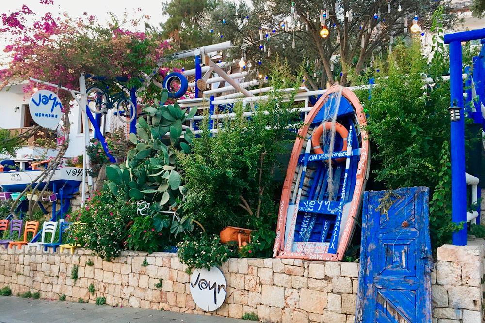 Очарование города — вдеталях: разноцветных фонариках и традиционных турецких оберегах, развешанных надеревьях, старой лодке, установленной науглу семейного ресторанчика