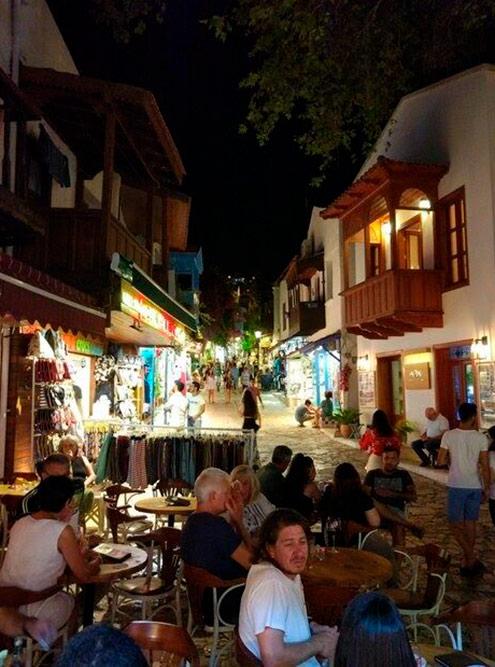 Внизу улицы Узун Чарши находится неплохой бар