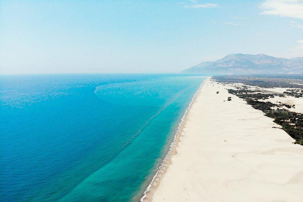 Патара выглядит как самая настоящая пустыня наберегу моря