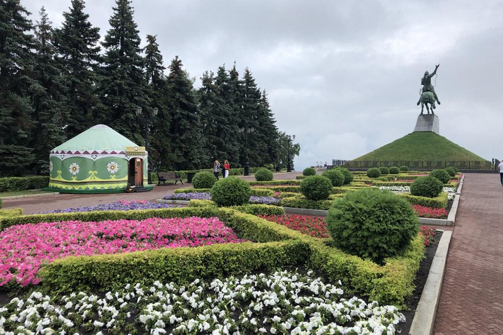 Заспиной памятника Салавату Юлаеву— юрта, где продают сувениры. Здесь они дешевле, чем ваэропорту