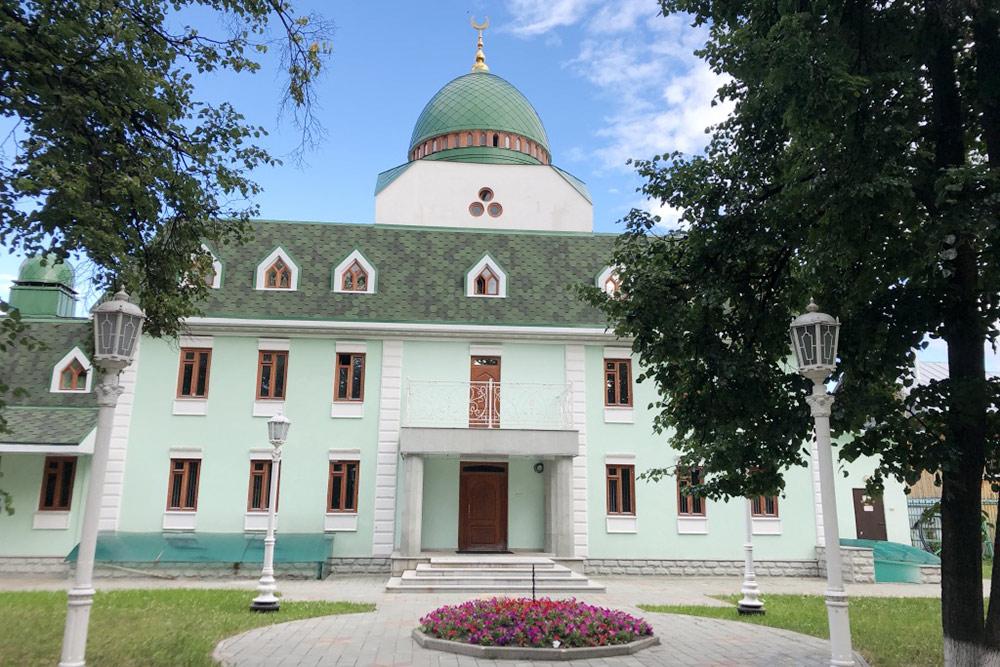 Во дворе мечети тихо, спокойно и красиво