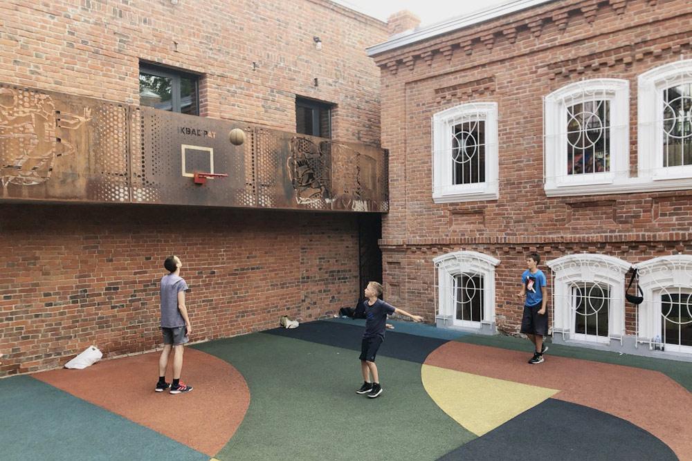 Говорят, что теннисные ракетки имяч длябаскетбола можно взять урезидентов «Арт-квадрата», ноянеспрашивала