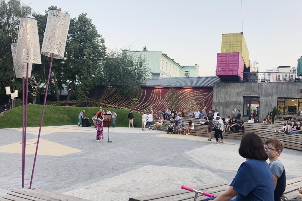 Это место— амфитеатр «Сквер». Нафото девушка читает стихи. Зрителям нравится