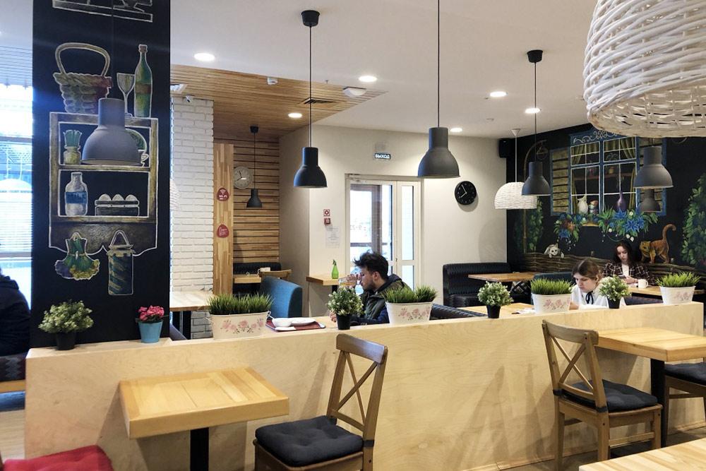 Интерьер в«Вилке-ложке» простой, носимпатичный, вкаждом кафе разный