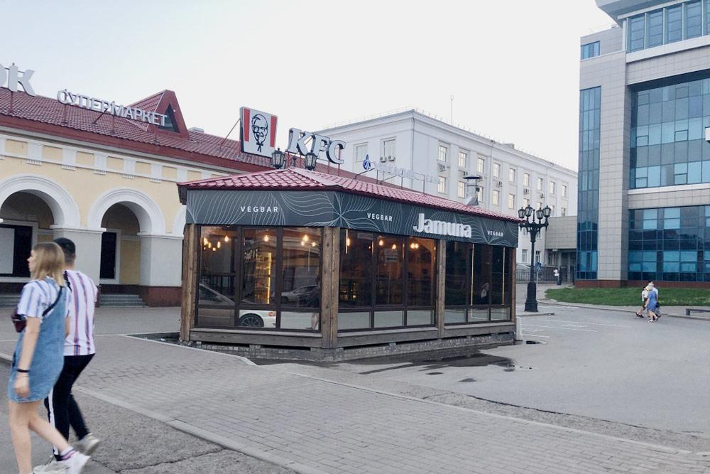 Вегетарианский бар проще найти состороны улицы Коммунистической