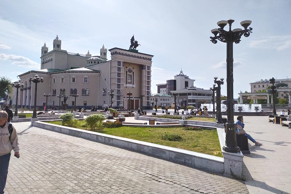 Бурятский академический театр оперы и балета — единственный оперный театр в Восточной Сибири. Здание строили больше 10 лет: работы начались в 1938{amp}amp;nbsp;году, а первый концерт дали лишь в 1952. Помешала война и репрессии