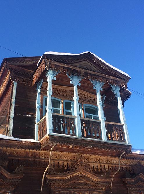 Дом с ажурной резьбой — не редкость в исторической части города