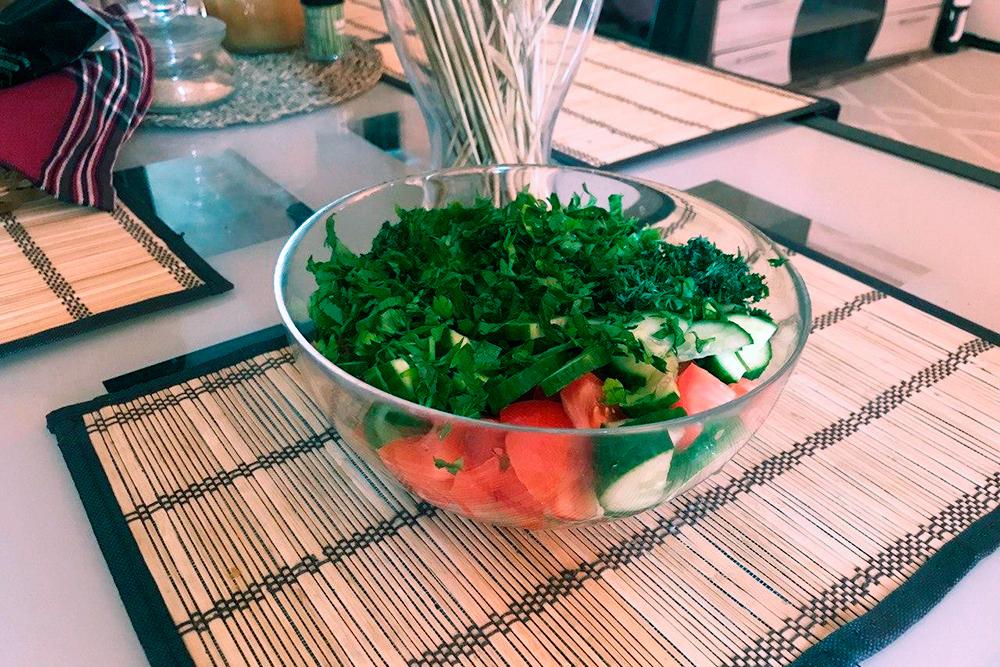 Такой стандартный овощной салат из помидоров, огурцов и зелени я делал себе шесть раз в неделю