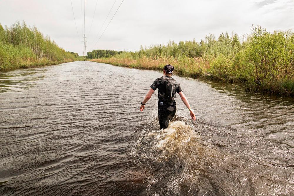 Бодрящие водные процедуры в ледяной воде. Эта фотография сделана 26 мая 2016года. В день моего забега в 2018году воды было меньше, но это не помешало участникам вымокнуть по пояс, а особо удачливым — по грудь. Источник: Uralraces